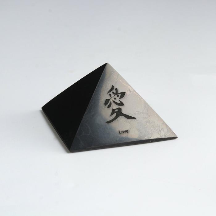 """Пирамида из шунгита """"Иероглиф"""", полированная, 5 см. микс"""