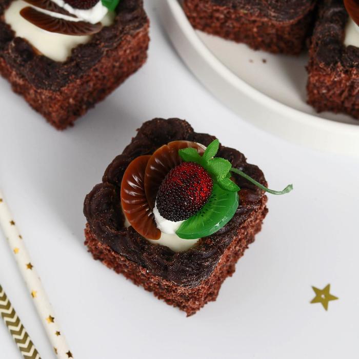 """Муляж пирожное """"Сладкое настроение """" 5х5 см шоколадное ягоды фрукты - фото 7275146"""