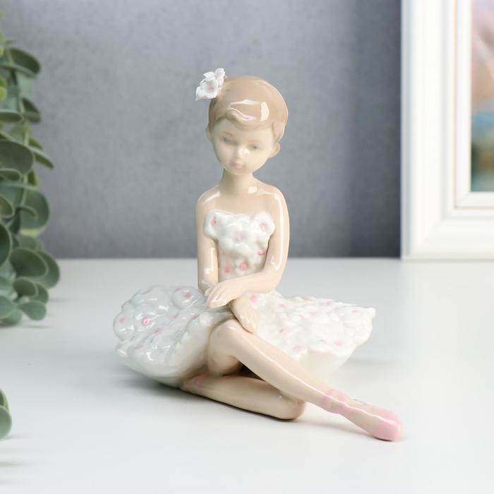 "Сувенир керамика ""Балерина в пачке с белыми цветами"" 12,5х14х10,3 см - фото 2020768"
