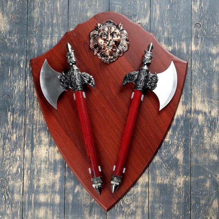 Сувенирное оружие на планшете «Топоры с когтем», накладной элемент — лев