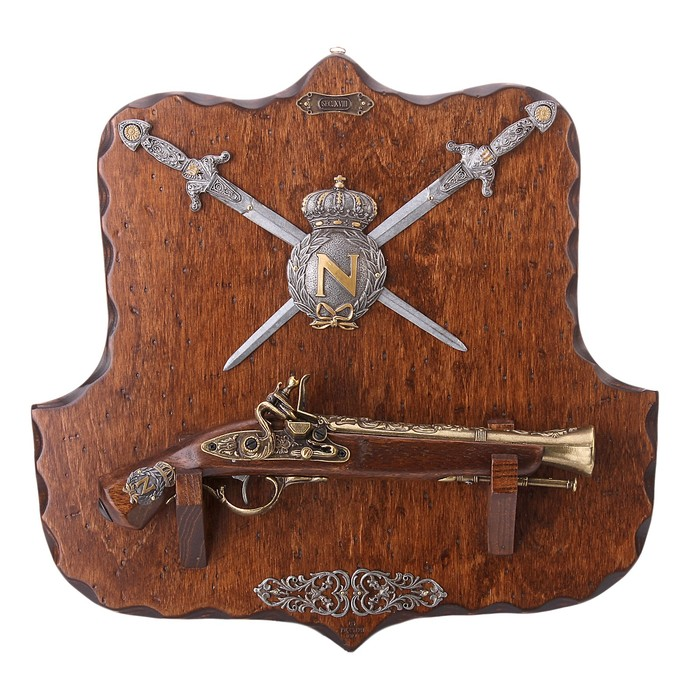 Макет пистоля и 2-х кинжалов на панели Napoleon