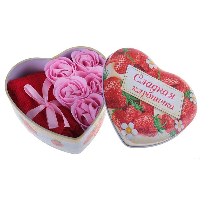 """Набор мыльных лепестков в шкатулке-сердце """"Сладкая клубничка"""": 5 бутонов и полотенце (20х20)"""