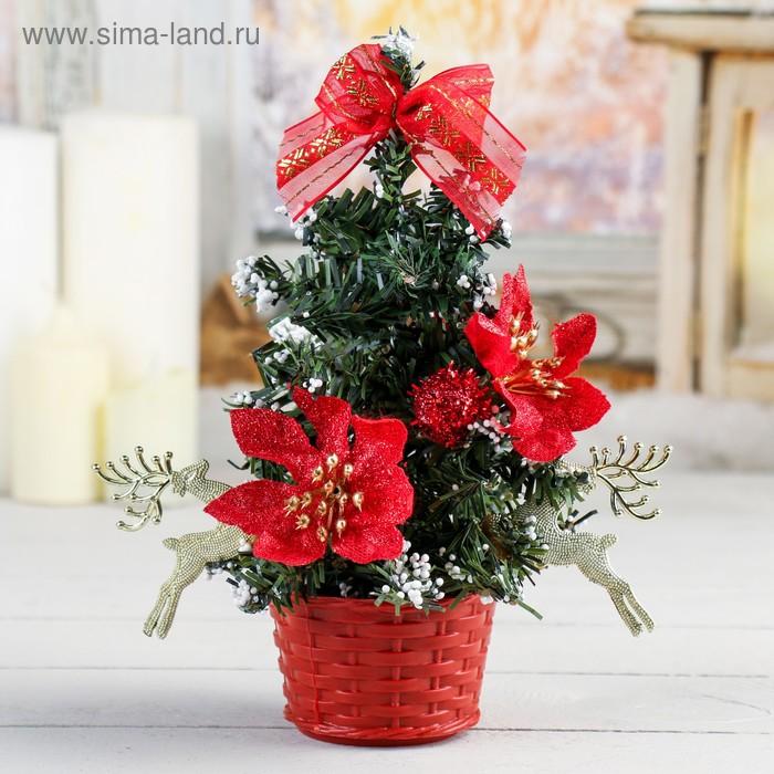 Ёлка с красным декором и снегом