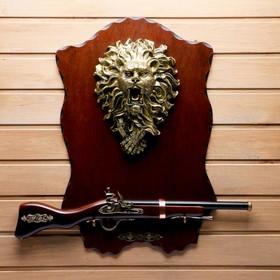 Сувенирное ружье на планшете со львом, 40х60 см