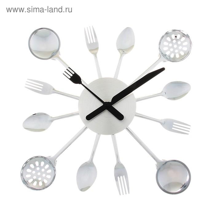 Часы настенные круглые в обрамлении столовыми приборами, стрелки вилки/ложки