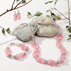 """Набор 3 предмета: серьги, колье, браслет """"Кварц розовый"""" крошка через бусины"""