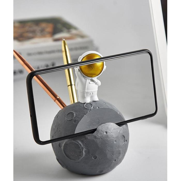 """Сувенир полистоун подставка д/ручек и телефона """"Астронавт на Марсе"""" 13х8,8х8,8 см - фото 9216629"""