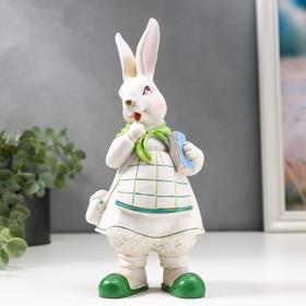 """Сувенир полистоун """"Зайка в белом сарафане, зелёной косынке, с сумкой"""" 21х9,5х7,5 см"""