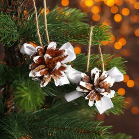 Новогодний декор «Шишки на подвесках»