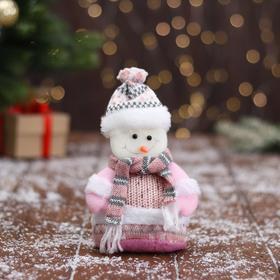 """Мягкая игрушка """"Снеговик в вязаном костюме"""" 9х15 см, розовый"""