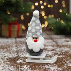 """Мягкая игрушка """"Дед Мороз на санках"""" в шапке 5х13 см, серый"""