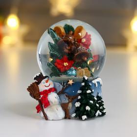 """Сувенир полистоун водяной шар """"Снеговик с метелкой, бубенцы на ветке"""" d=6,5 см"""