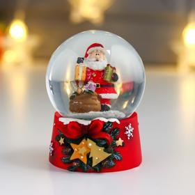 """Сувенир полистоун водяной шар """"Дедушка Мороз с охапкой подарков"""" d=6,5 см"""