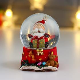 """Сувенир полистоун водяной шар """"Дедушка Мороз с рождественским подарком"""" d=6,5 см"""