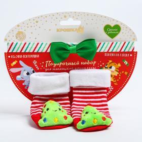 Подарочный набор: носочки - погремушки на ножки и повязка на голову «С новым годом!»