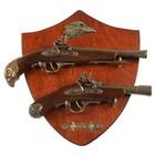Сувенирное оружие на планшете «Два мушкета», накладной элемент — бронзовый орёл