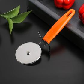 A pizza cutter and dough 19 cm orange