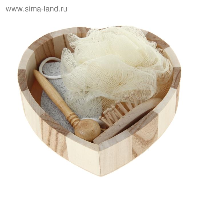 """Набор банный в деревянной корзине 15х16х4 см """"Сердечко"""" 4 предмета: мочалка-бант 8 см, пемза 8 см, расческа 10 см, массажер 8 см"""