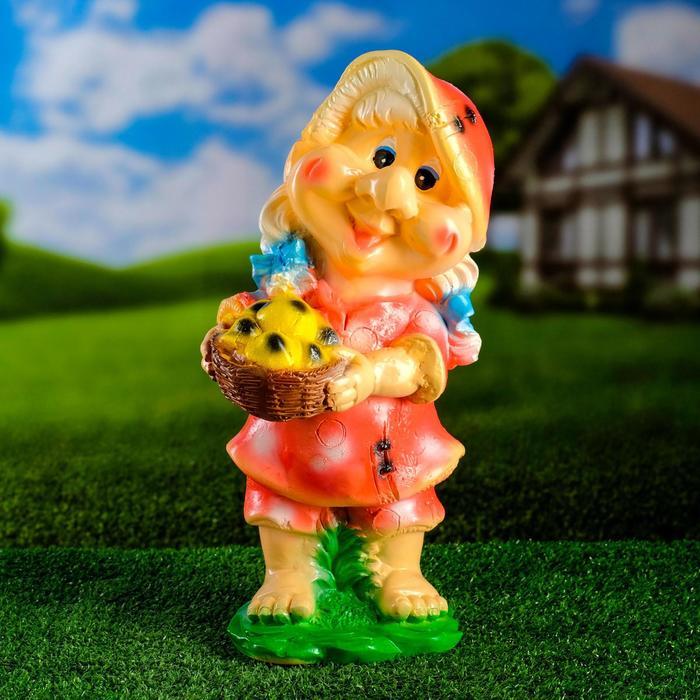 """Садовая фигура """"Гномиха с корзиной"""" малиновое платье"""