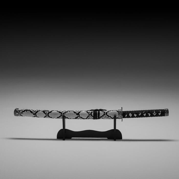 Сувенирное оружие «Катана на подставке», серые ножны под змеиную кожу, 70 см - фото 8876039