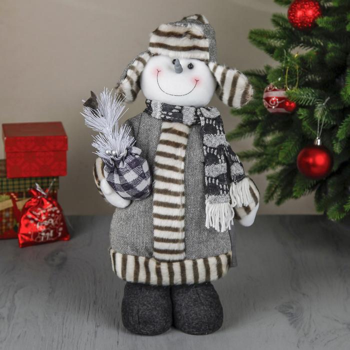 """Мягкая игрушка """"Снеговик в шубке и валенках с подарком""""  48 см серый"""