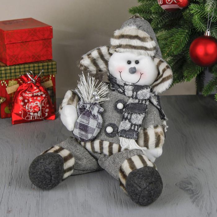 """Мягкая игрушка """"Снеговик в костюме с подарком"""" сидит 46 см серый"""