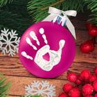 """Новогодний ёлочный шар """"Отпечаток детской ручки"""" ярко-розовый с белым"""