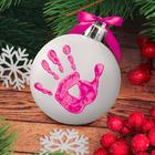 """Новогодний ёлочный шар """"Отпечаток детской ручки"""" белый с розовым"""