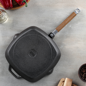 Grill pan 26x26 cm, with a removable handle and a glass lid.