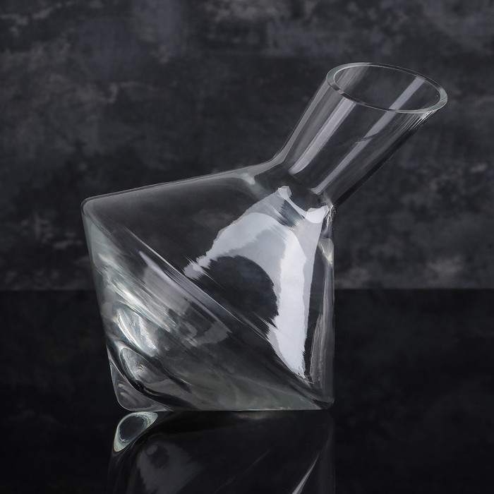 1.5 L decanter with oblique cut.